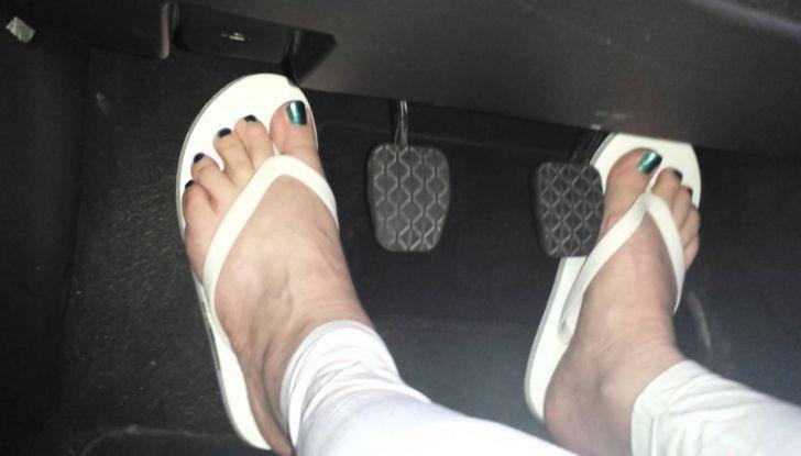 guidare con le ciabatte