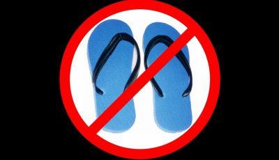 Guidare con le infradito o scalzi: si può o è vietato?