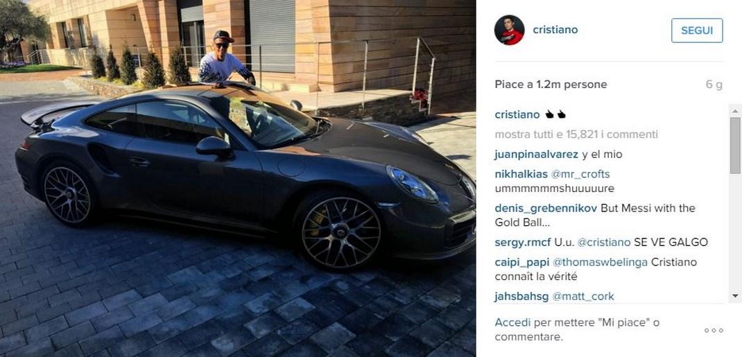 Cristiano Ronaldo festeggia il mancato Pallone d'Oro con una Porsche