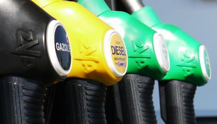 Cala il petrolio ma non la benzina: perché? - Foto 1 di 5