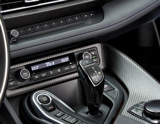 BMW i8 Protonic Red Edition dettaglio interno