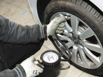 Pressione pneumatici: gonfiarli alla giusta pressione permette minori consumi e maggiore sicurezza