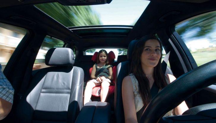 Bambini davanti in auto: ecco come portarli a norma di legge - Foto 3 di 12
