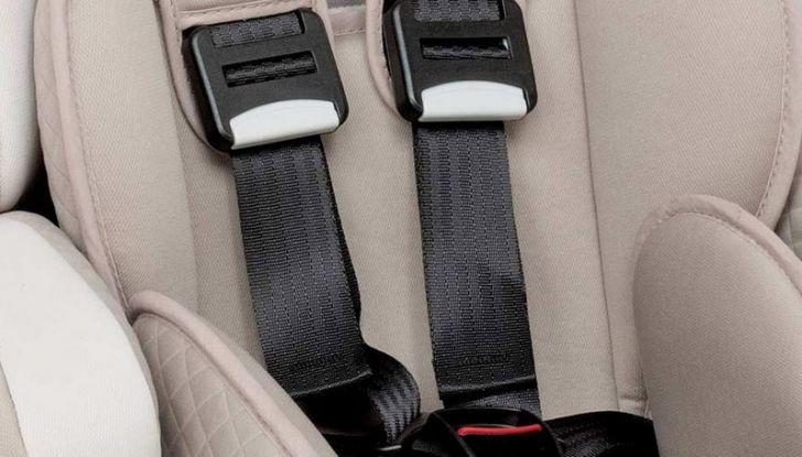 Bambini davanti in auto: ecco come portarli a norma di legge - Foto 8 di 12