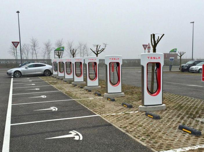 Supercharger Tesla, no all'utilizzo commerciale - Foto 3 di 10