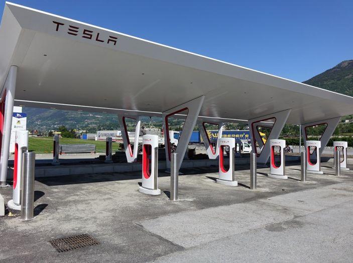 Stazioni Tesla Superchargers: la ricarica è di nuovo gratuita - Foto 1 di 10
