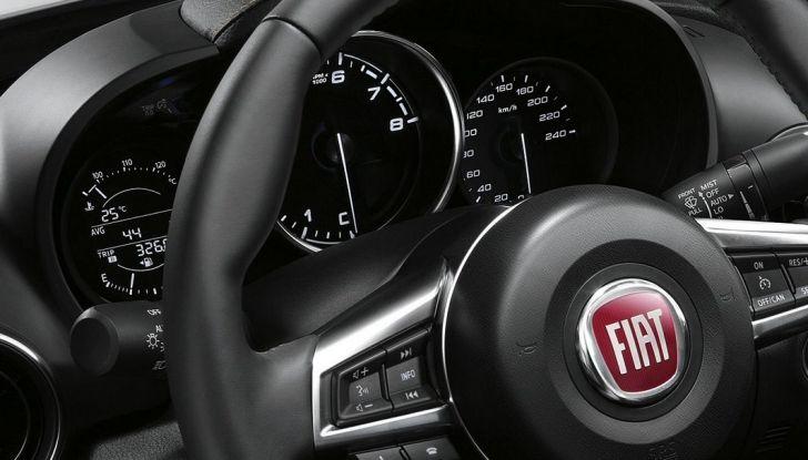 Fiat 124 Spider, interni, dettaglio palpebra cruscotto e volante in pelle.