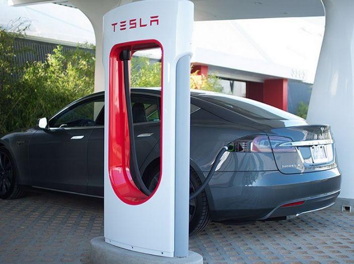 Tesla compra tutte le batterie per le sue auto elettriche e i rivali restano a secco! - Foto 4 di 12