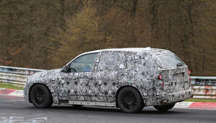 BMW X5 di nuova generazione, le immagini spia dei test in pista - Foto 8 di 13