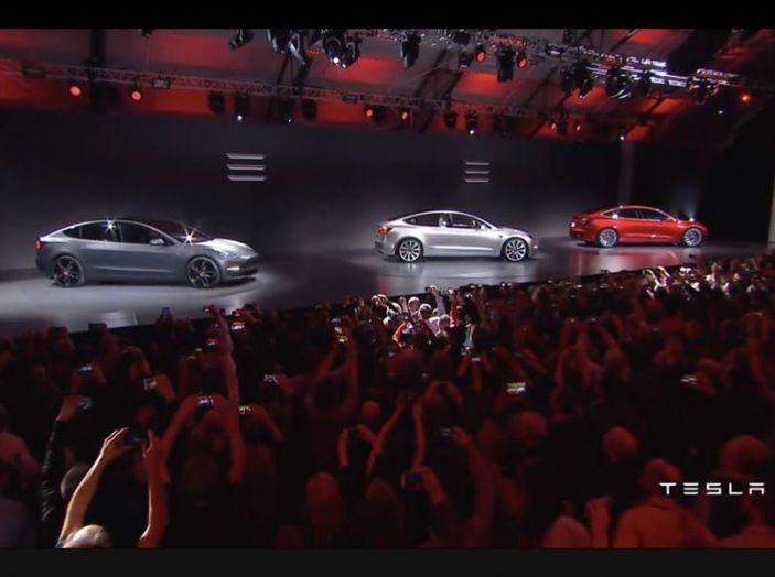 Tesla Model 3 prezzi, informazioni e dati tecnici - Foto 2 di 18