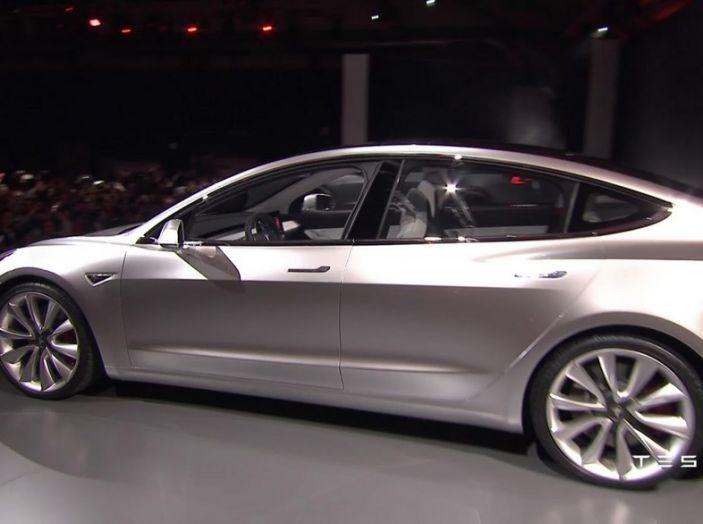 Tesla Model 3 prezzi, informazioni e dati tecnici - Foto 17 di 18