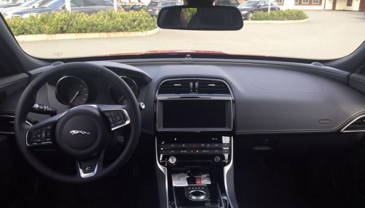 Jaguar F-Pace 3.0d e Supercharged: prova su strada, prezzi e prestazioni - Foto 19 di 23