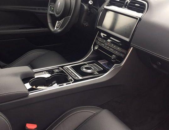 Jaguar F-Pace 3.0d e Supercharged: prova su strada, prezzi e prestazioni - Foto 12 di 23