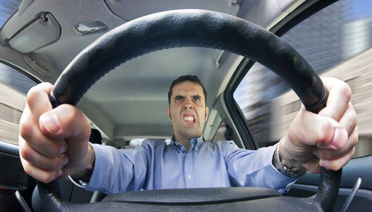 Parcheggiare troppo vicino a un'auto può essere reato di violenza privata - Foto 3 di 8