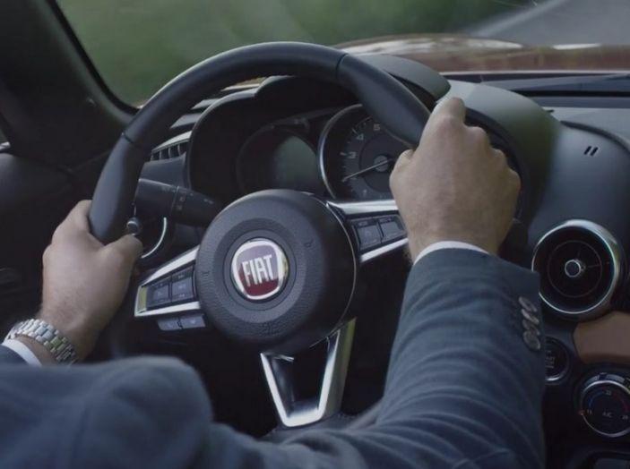 Fiat 124 Spider, in movimento, interno ripreso dal posto di guida.