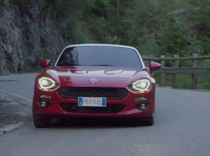 Fiat 124 Spider su strada di montagna.