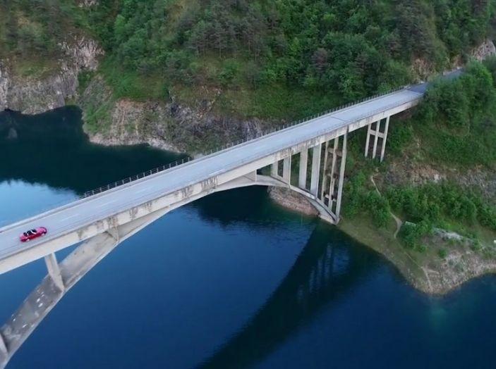 Fiat 124 Spider ripresa dall'alto in movimento su un ponte.