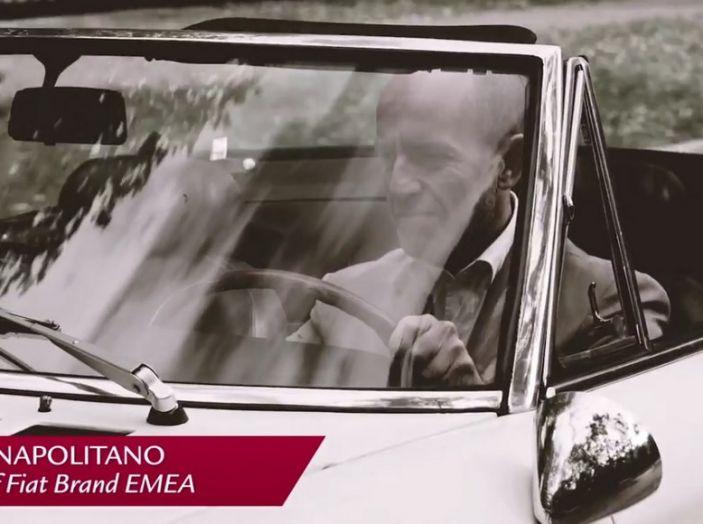 Luca Napolitano ripreso al volante della Fiat 124 Spider.