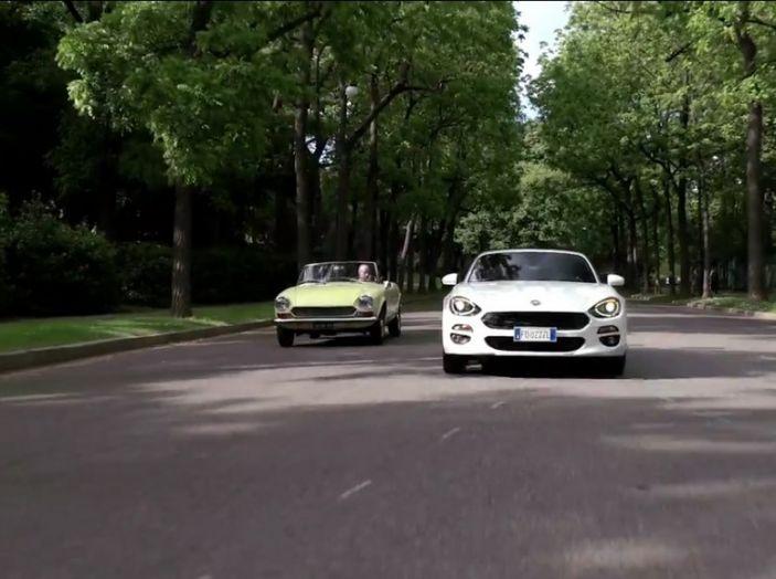 Fiat 124 Spider, su strada.