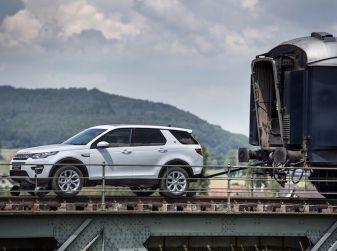 Land Rover Discovery Sport traina tre carrozze ferroviarie da 100 tonnellate