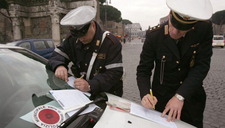 Nuovo codice della strada: smartphone e fumo in auto nel mirino - Foto 3 di 8