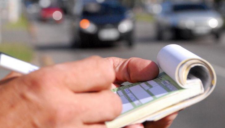 Nuovo codice della strada: smartphone e fumo in auto nel mirino - Foto 4 di 8