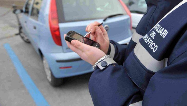 Nuovo codice della strada: smartphone e fumo in auto nel mirino - Foto 7 di 8