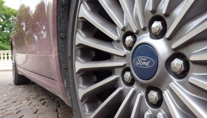 Nuova Ford Mondeo Titanium 2.0 TDCi 180 CV prova su strada e prezzi, primo piano cerchio.