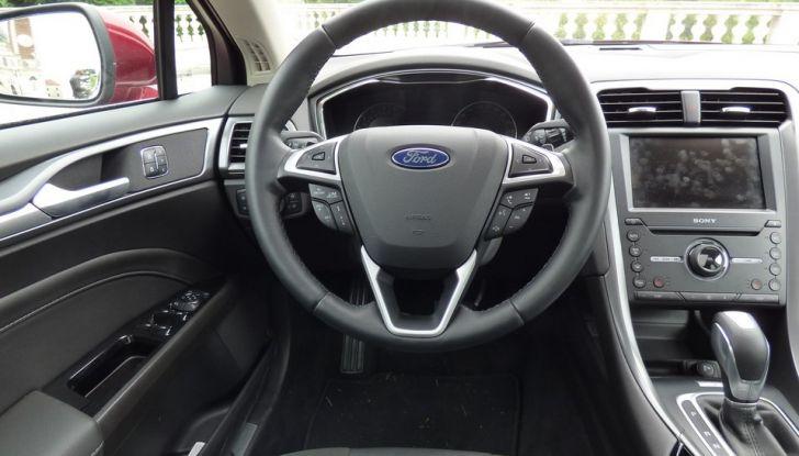 Nuova Ford Mondeo Titanium 2.0 TDCi 180 CV prova su strada e prezzi, postazione di guida.