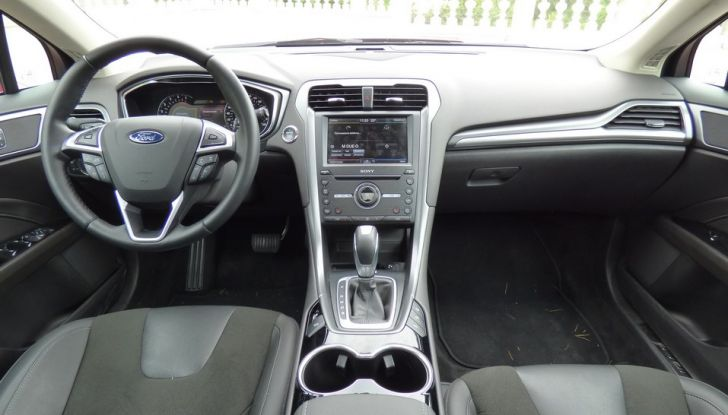 Nuova Ford Mondeo Titanium 2.0 TDCi 180 CV prova su strada e prezzi, interno.