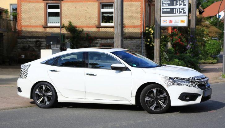 Nuova Honda Civic Sedan, foto spia, laterale.