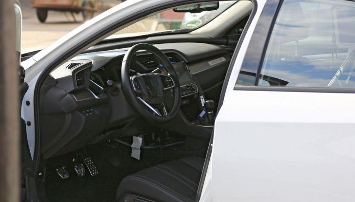 Nuova Honda Civic Sedan, foto spia porta aperta lato guida.