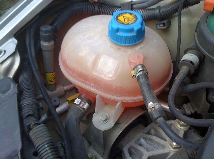 Come evitare che il motore dell'auto si surriscaldi: manutenzione del radiatore - Foto 4 di 7