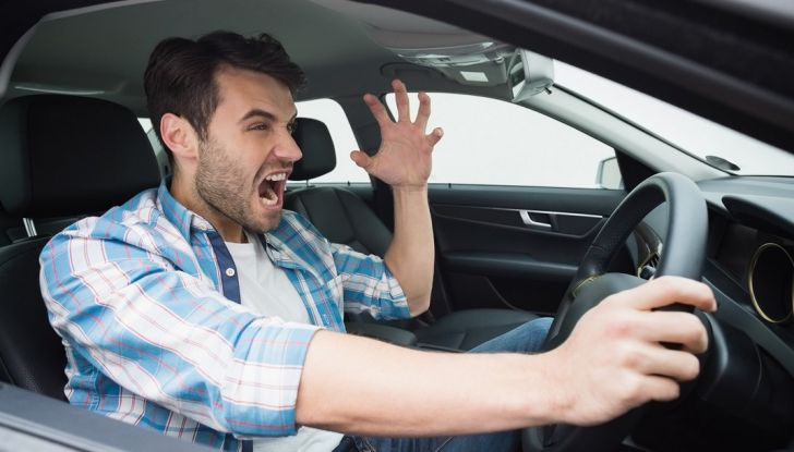 Parcheggiare troppo vicino a un'auto può essere reato di violenza privata - Foto 1 di 8