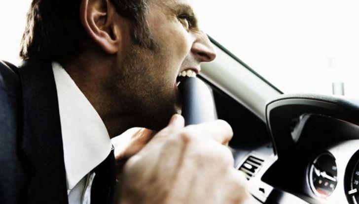 Parcheggiare troppo vicino a un'auto può essere reato di violenza privata - Foto 6 di 8