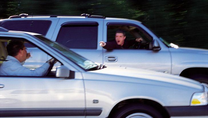 Parcheggiare troppo vicino a un'auto può essere reato di violenza privata - Foto 8 di 8