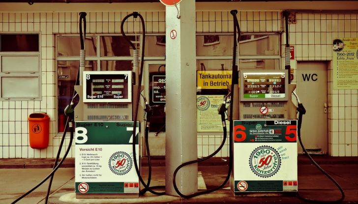 Crolla il prezzo del petrolio, non quello dei carburanti. Ecco perché - Foto 7 di 10