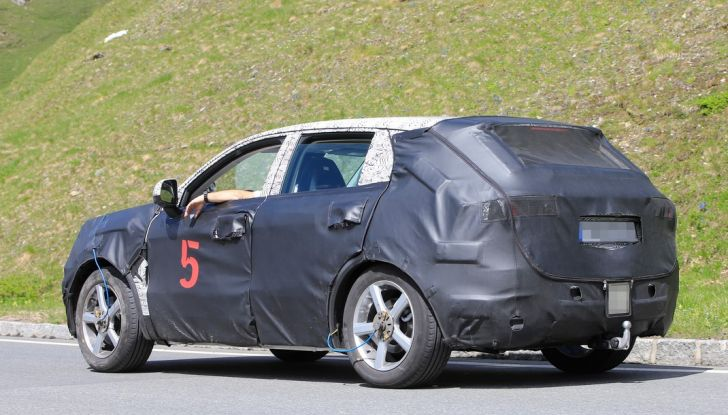 Geely SUV compatto, prime foto spia del modello del produttore cinese - Foto 11 di 12