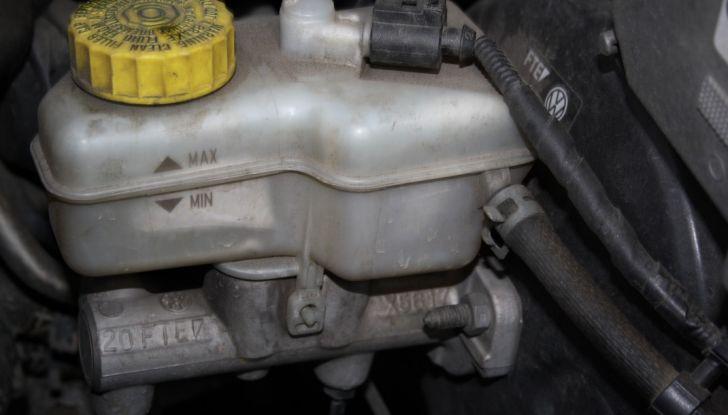 Come controllare e sostituire il liquido dei freni dell'auto - Foto 3 di 9