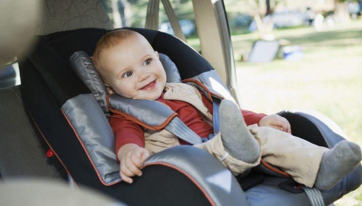 Bambini in auto: i seggiolini anti abbandono saranno obbligatori dal 2019 - Foto 1 di 12