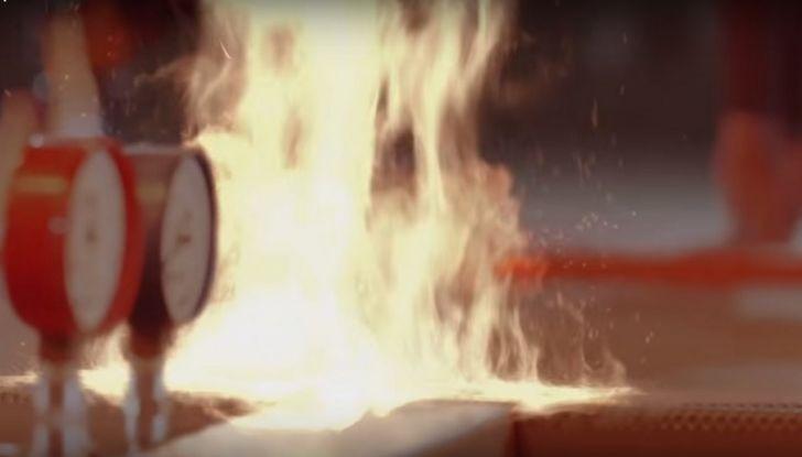 Nissan e Usain Bolt: sfida contro il fuoco per presentare la nuova GT-R - Foto 5 di 12