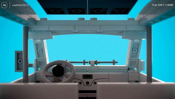 Fiat 500 con mattoncini LEGO, modellino ripreso dall'interno.