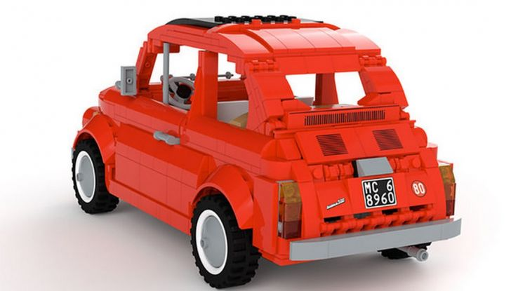 Fiat 500 in mattoncini LEGO, vista 3/4 posteriore laterale sinistra.