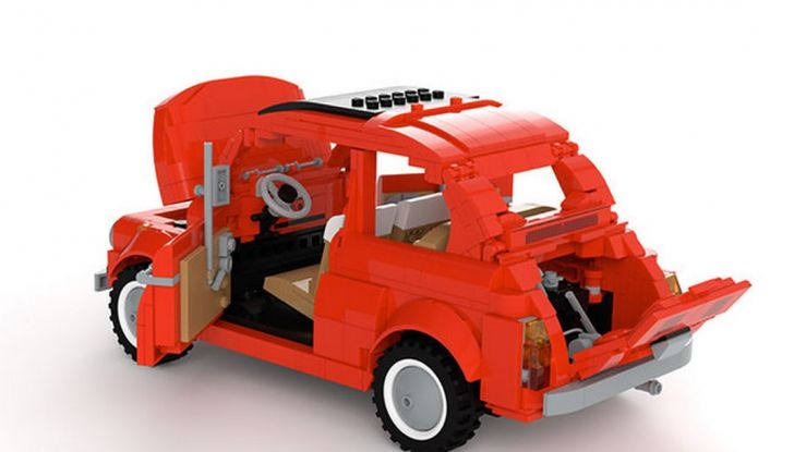 Fiat 500 in mattoncini LEGO, vista 3/4 posteriore laterale con cofani e porte aperte.