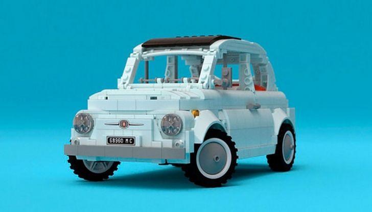 Fiat 500 in mattoncini LEGO, vista 3/4 anteriore laterale.