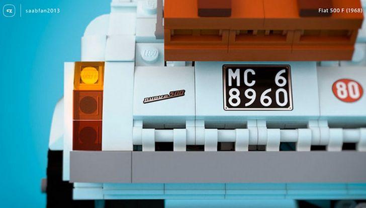 Fiat 500 in mattoncini LEGO, vista posteriore con dettaglio su targa.