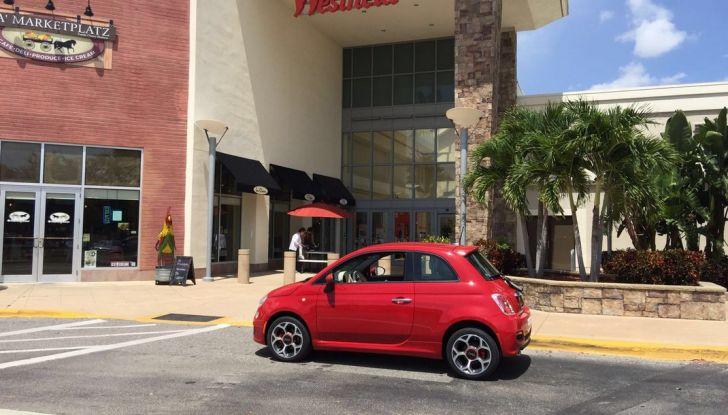 Fiat 500, prova su strada, parcheggio.