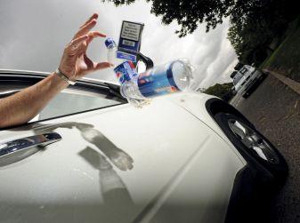 Gettare rifiuti dal finestrino dell'auto comporta una multa fino a 400 euro