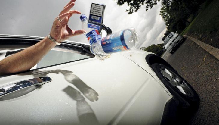 Gettare rifiuti dal finestrino dell'auto comporta una multa fino a 400 euro - Foto 1 di 7