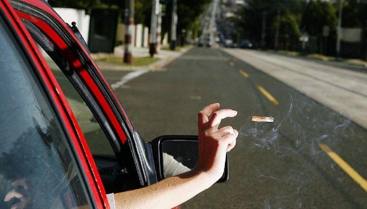 Gettare rifiuti dal finestrino dell'auto comporta una multa fino a 400 euro - Foto 3 di 7